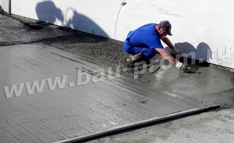 разравнивание бетонной смеси вручную