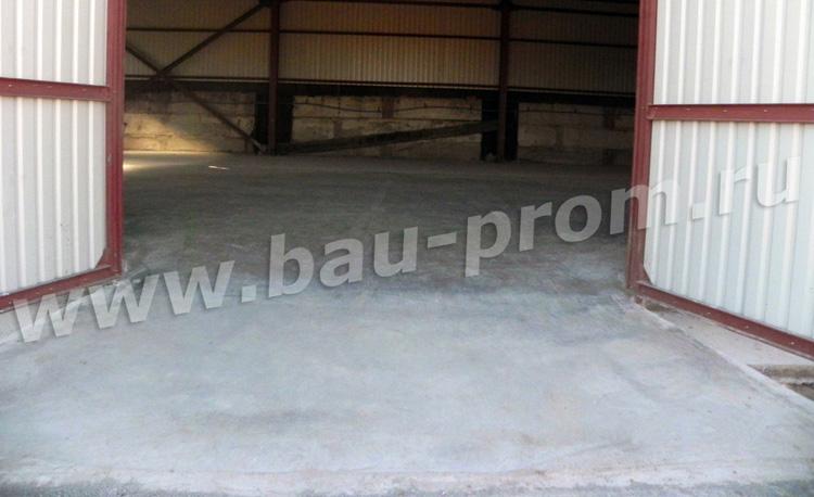 пологий бетонный пандус на въезде в складские помещения
